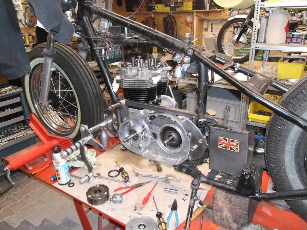 T140 Motor . Im Rahmen links