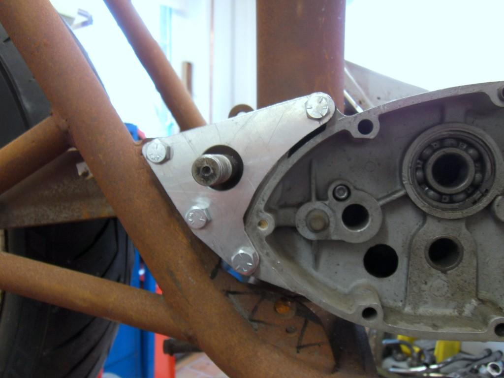 Hintere Motorhalteplatten eingebaut